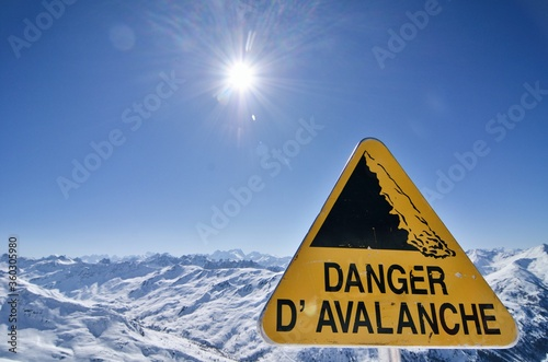 Tableau sur Toile Danger avalanche sign in French Alps Valmeinier mountains in winter skiing area