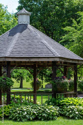 Fotografia Landscaped gazebo pavilion in a city park garden area