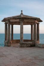 Antiguo Mirador De Estilo Clásico En El Mediterráneo