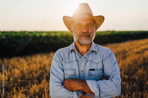 middle aged man in wheat filed standing crossed arms Fototapet