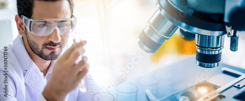 Fotografía scientist lab technical service observe liquid sample with lab glassware, microscope and test tubes in chemical laboratory background, science laboratory research and development concept