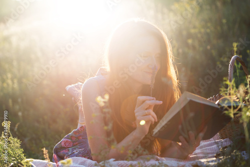 Fotografia, Obraz girl reads a book
