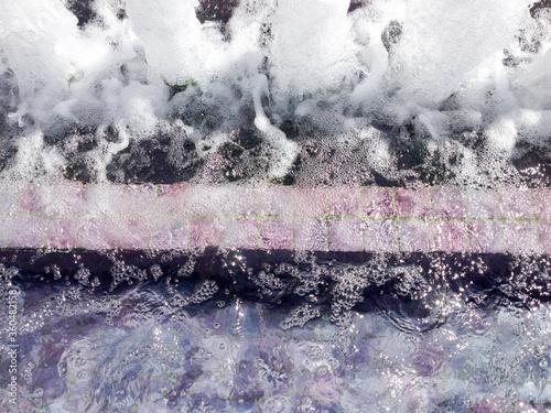 Photo modern water fountain purple marble design bubbling aerate columns
