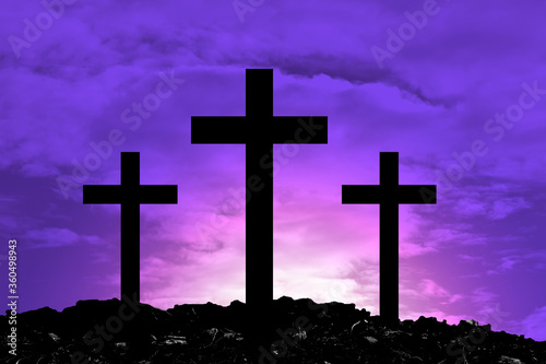 Photo Silhouette Cross Crucifixion Of Jesus Christ on the mountain with Dark purple background with white beams falling down, Easter concept