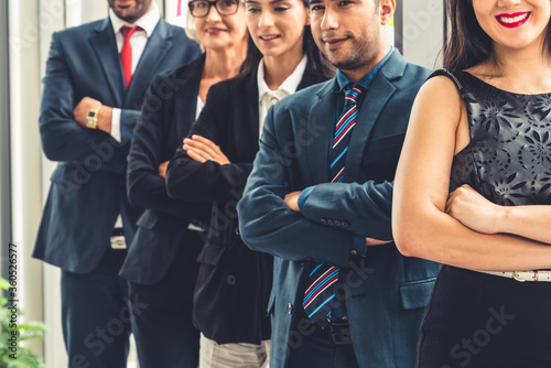 Photo Successful business people standing together showing strong relationship of worker community