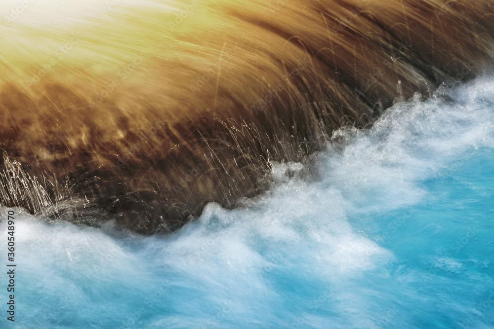 Fototapeta Wasser und Wasserspritzer im Fluss, fließend und dynamisch