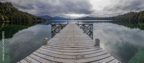 Photo Muelle sobre un lago en Patagonia argentina