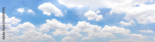 Photo Panorama or panoramic photo of blue sky and white clouds or cloudscape