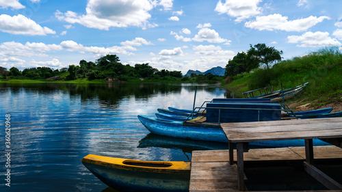 Photo lac typique du sri lanka où l'on trouve des pêcheurs et un faune sauvage cohabit