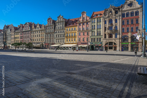 Fototapeta Market Square, Wroclaw, Poland - April 21, 2019: Central square in Wroclaw Old Town since the Middle Ages, surrounded by ornamented and colorful frontages of historical tenement houses. obraz na płótnie