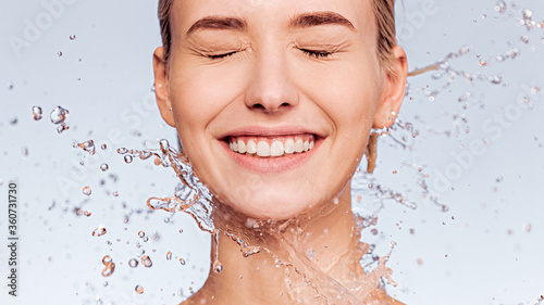 Foto Photo of  young  woman with clean skin and splash of water