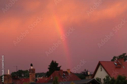 Fototapeta krajobraz  po  burzy  niebo  nad  miastem  tęczowe obraz