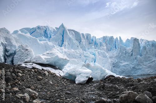 Vászonkép Glacial na Argentina. Contraste das rochas e do gelo