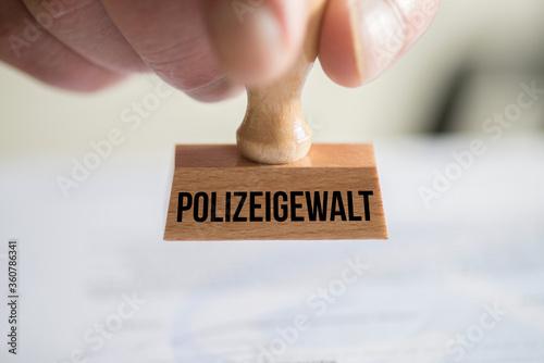 Fototapety, obrazy: Ein Stempel Polizeigewalt
