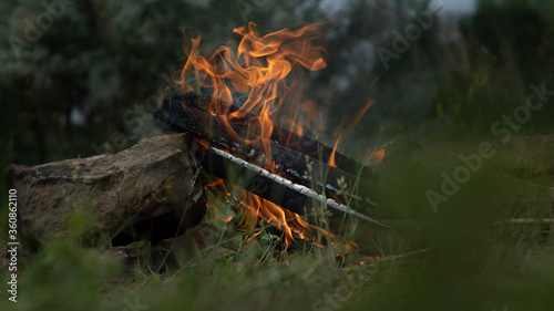 Valokuva Kindling a fire of wood for cooking barbecue in nature