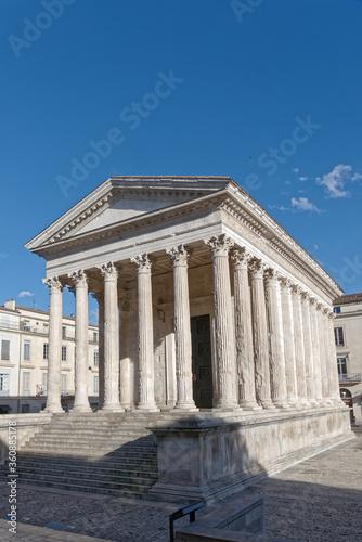 Temple romain appelé la maison carrée de Nîmes - Gard - France Wallpaper Mural