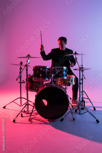 Young man drummer playing on drums on music concert Fototapet