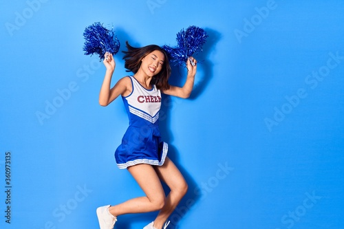 Fotografía Young beautiful chinese girl smiling happy wearing cheerleader uniform