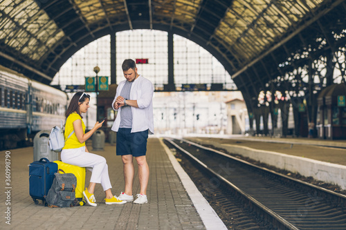 Fotomural couple waiting for train at railroad station