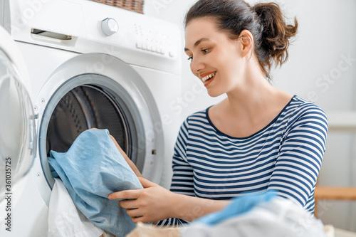 Obraz woman is doing laundry - fototapety do salonu