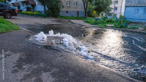 Canvastavla Water flows out of road sewage hatch