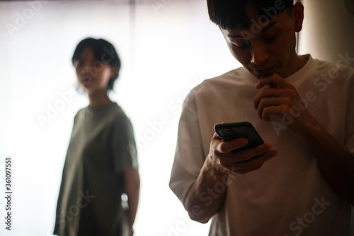Photo スマートフォンを操作する男性