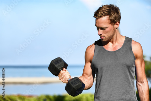 Foto Bicep curl free weights training fitness man outside working out arms lifting dumbbells doing biceps curls