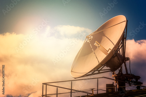 Photo Parabolic tv antenna dish against sky with sunlight with copy sp