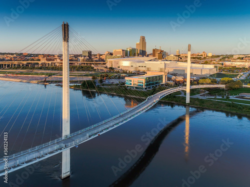 Bob Kerry Pedestrian Bridge spans the Missouri river with the Omaha Nebraska skyline in the background Fotobehang