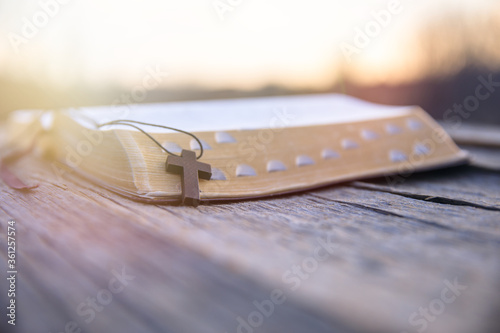 Photo wooden cross on the book
