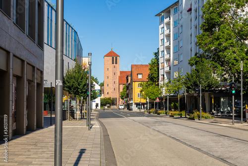 Fototapeta Architektura miasta w Niemczech. Ulica w Hanau. Kosciol na osiedlu mieszkaniowym. Wieza koscielna na koncu ulicy. obraz
