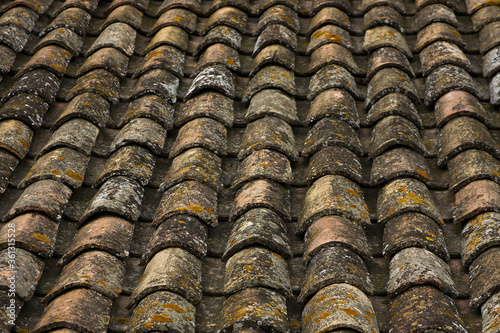 Fototapeta premium Francja , Prowansja , sierpień 2019 , dachówki na dachu budynku w Aigues-Mortes