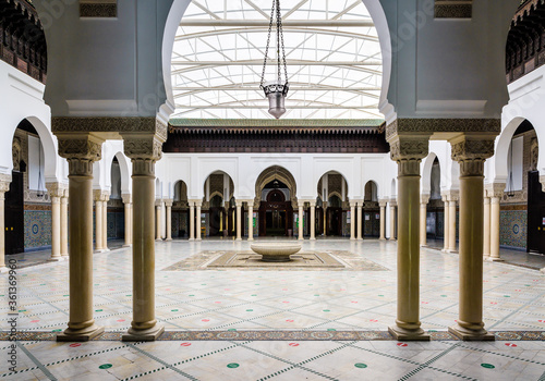 The peristyle of the Great Mosque of Paris borders a courtyard with a circular ablutions basin in the center Tablou Canvas
