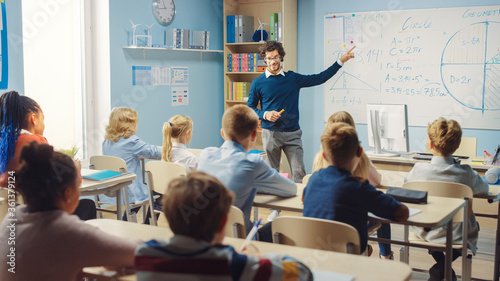 Caring Teacher Explains Lesson to a Classroom Full of Bright Diverse Children Fototapet