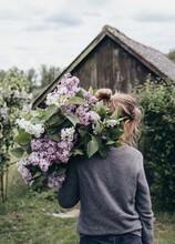 Frau Hält Einen Großen Strauch Mit Blumen Auf Dem Arm