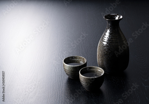 Photo Sake containers on a black background