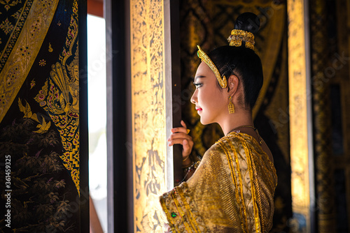 Valokuva Asian teenage girl in golden Thai traditional dress With a golden ancient crown