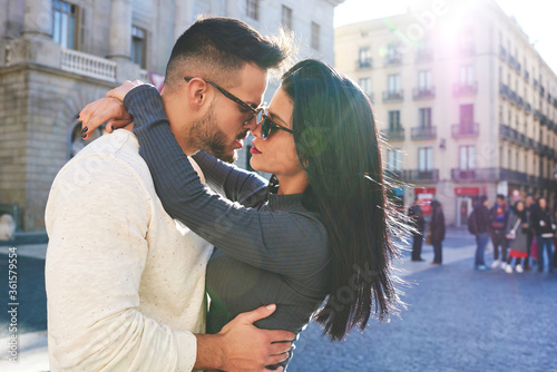 Photo Beautiful couple in love hugging in the middle of city square