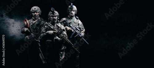Image of three soldiers in a shooting computer game Billede på lærred
