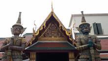 Demonios Protectores Budistas Junto A Una Entrada Decorada Artísticamente En Un Templo En Bangkok, Tailandia.