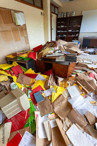 Fototapeta oficina totalmente desordenada y con todo el material de oficina tirado por el s