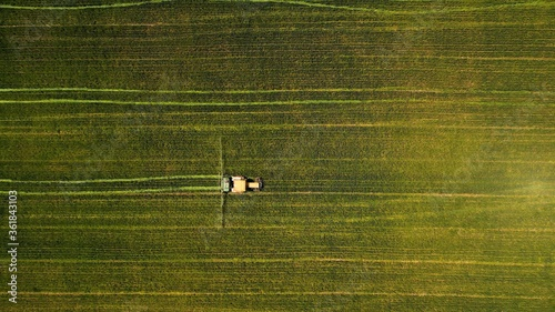 Photo Birds-eye view of a tractor working in a green field