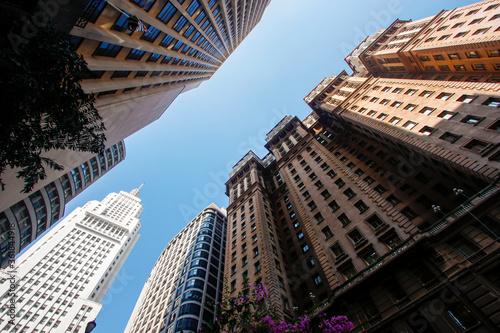 Obraz Arquitetura no centro de São Paulo. Fotografia em grande angular entre o edifício Martinelli e o Altino Arantes. - fototapety do salonu