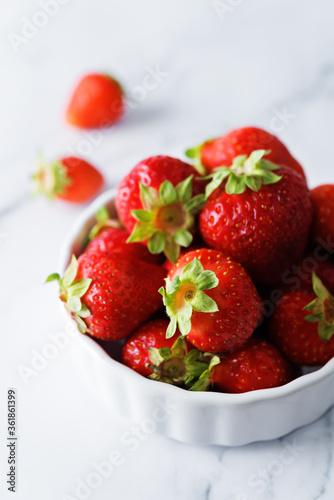 Obraz na plátně Raw fresh strawberries on a light background