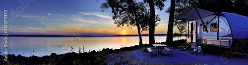 Travel trailer camping by the Mississippi river at sunset in Thomson Causway Ill Fototapet