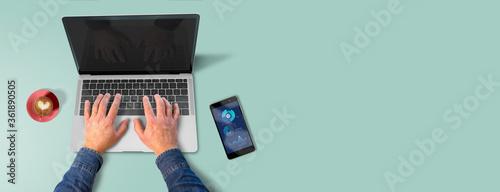 Foto computador de escritorio manejado por manos de un hombre