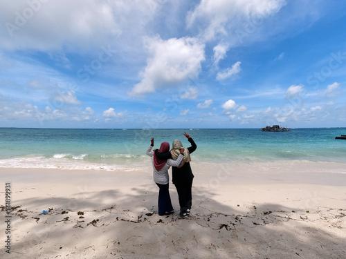 Photo Two Muslim women at the beach