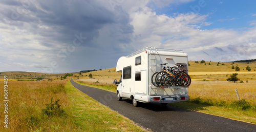 Foto family vacation travel-holiday trip in motorhome