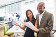 Multikulturelles Business Start-Up Team mit Unterlagen