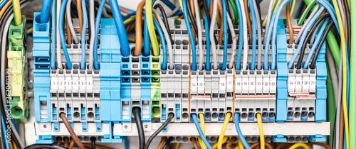 so viele Leitungen sind für ein Smart Home im Sicherungskasten nötig Canvas Print
